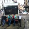 Brüksel'de arızalanan otobüsü vatandaşlar itti