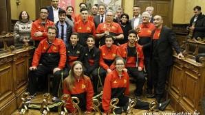 Başarılı sporcuları ödüllendiren Başkan Kır yeni müjdeleri açıkladı
