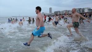 Belçika'da dondurucu soğukta denize girdiler