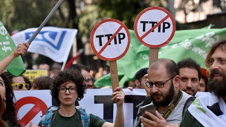İTALYA'DA SERBEST TİCARET ANLAŞMASI PROTESTO EDİLDİ
