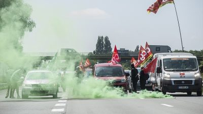 BELÇİKA-FRANSA SINIRINDA PROTESTOCULAR TRAFİK KAPATTI