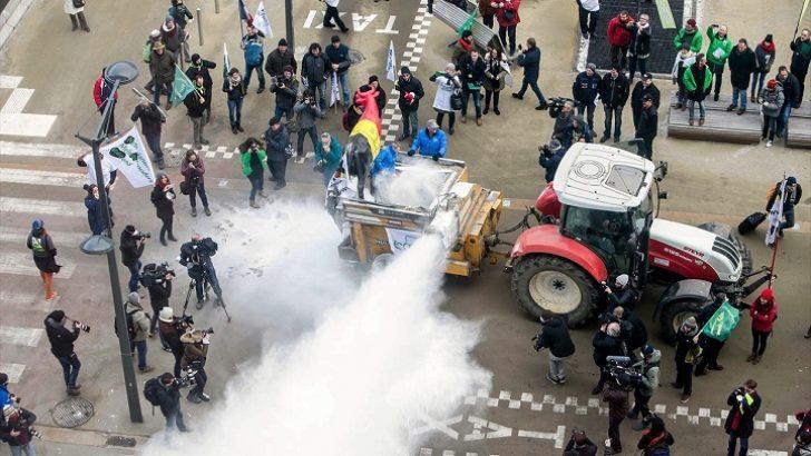 Süt üreticilerinden Brüksel'de görülmedik protesto