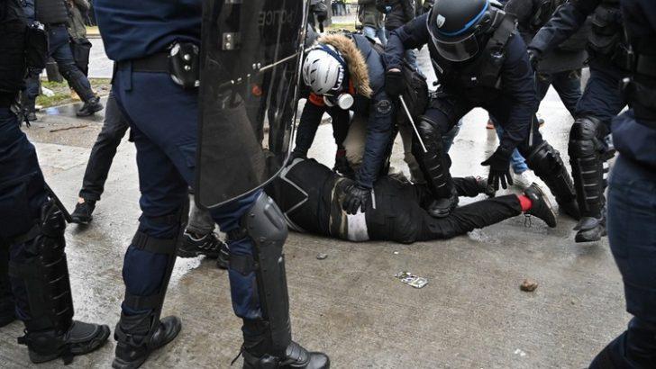 """Fransa'da """"sarı yelekililer"""" yeniden sokaklarda"""