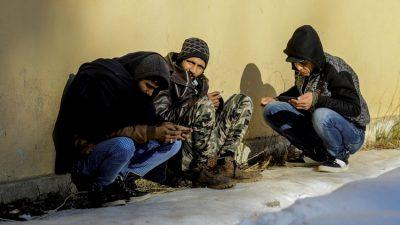 """Sığınmacılar """"umuda yolculuk"""" için baharı bekliyor"""