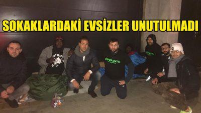 Yılbaşı gecesi sokaklardaki evsizlere yemek dağıttılar