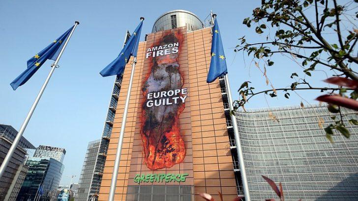 Brüksel'deki AB binasına 40 metrelik afişi izinsiz astılar