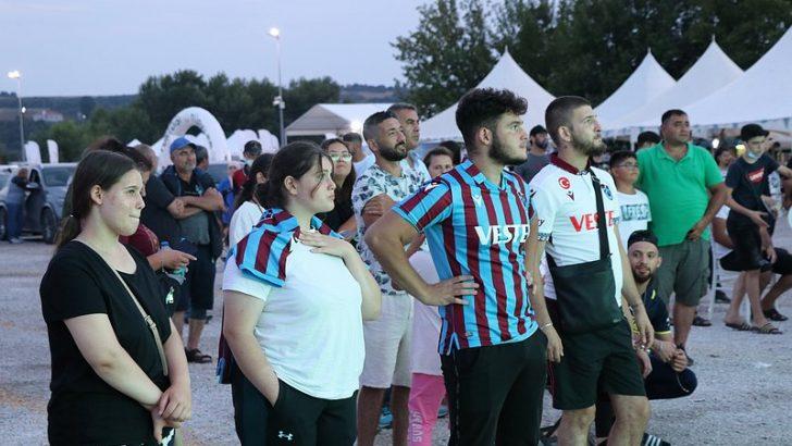 Kapıkule'de sıra bekleyen gurbetçiler, Türk takımlarının Avrupa kupalarındaki maçlarını dev ekrandan izledi