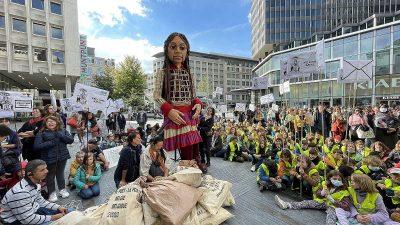 """Suriyeli çocukların simgesi 3,5 metrelik """"Küçük Emel"""" Brüksel'de"""